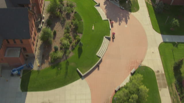 vidéos et rushes de ms aerial top view high over campus walkway at montana state university / bozeman, montana, united states - bozeman