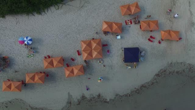 stockvideo's en b-roll-footage met top uitzicht op een strand - zonwering