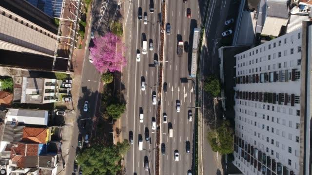 vídeos de stock e filmes b-roll de top view of avenida 23 de maio, sao paulo, brazil - engarrafamento