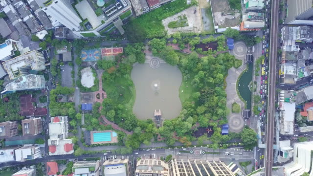 vídeos de stock e filmes b-roll de top view of bangkok skyline and skyscraper on sukhumvit center of business in capital. - cidade inteligente