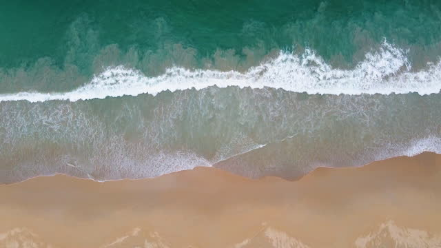 stockvideo's en b-roll-footage met hoogste mening van mooi wit zandstrand met turkoois overzees water van de oceaan van thailand bij zonnige dag. - vachtpatroon