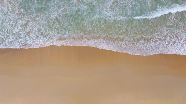 vídeos y material grabado en eventos de stock de vista superior de hermosa playa de arena blanca con agua de mar turquesa. - azul turquesa