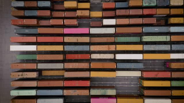vista dall'alto del contenitore di scatola nel carico del porto di spedizione, ingrandisci. - box container video stock e b–roll
