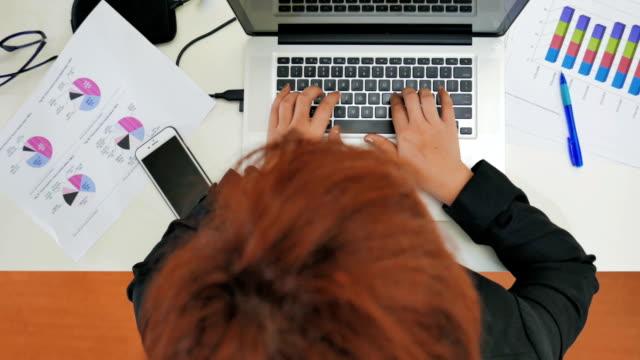 Draufsicht der Geschäftsfrau arbeiten mit Laptop, erschossen Panning