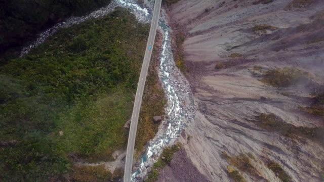 top-ansicht des autofahrens auf dem bergpass - norden stock-videos und b-roll-filmmaterial