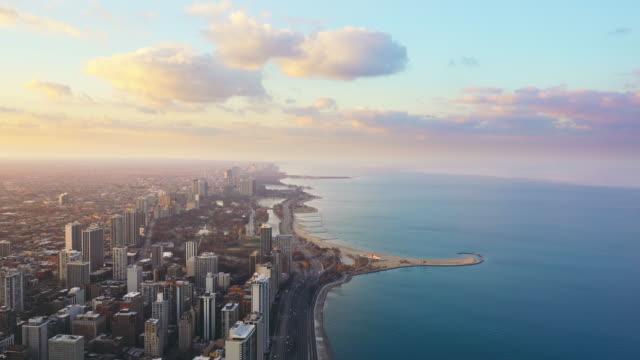 top view des stadtbildes von chicago in chicago, illinois, vereinigte staaten - michigan stock-videos und b-roll-filmmaterial