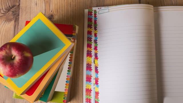 Draufsicht des Kinder Notizbuch mit Bleistift, Kugelschreiber, Brillen