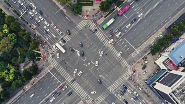 vídeos de stock, filmes e b-roll de t/l ws pan vista superior do cruzamento da rua da cidade no dia - encruzilhada