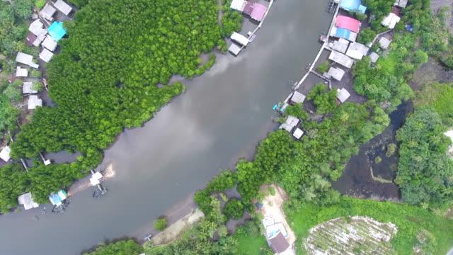 湾曲した川の空撮と海岸沿い村のトップ ビュー - デリー点の映像素材/bロール