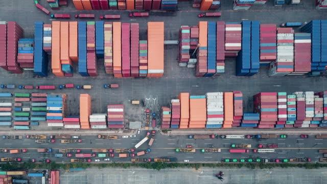 t/l pan top-ansicht des containerterminals - heavy goods vehicle stock-videos und b-roll-filmmaterial