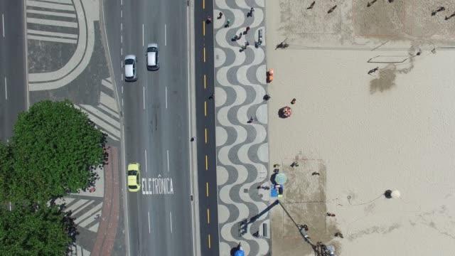 vídeos de stock, filmes e b-roll de vista superior da praia de copacabana, no rio de janeiro - calçada