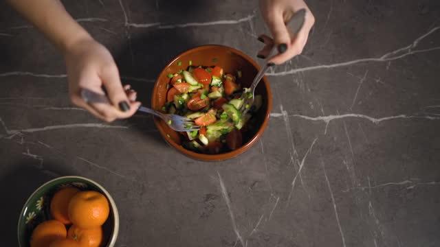 top view of female hands stirring salad in kitchen - sich verschönern stock-videos und b-roll-filmmaterial