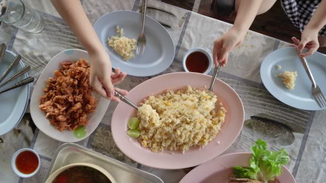 vídeos y material grabado en eventos de stock de vista superior del arroz frito más populares platos tailandeses a la carta en el restaurante local - table top view