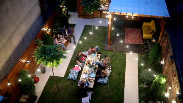 vídeos y material grabado en eventos de stock de vista superior del grupo de personas disfrutando de días de otoño en el patio trasero - table top view