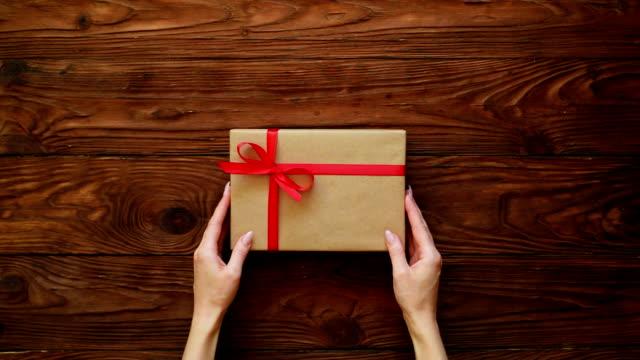 プレゼント ボックスを調整する手のトップ ビュー - 渡す点の映像素材/bロール