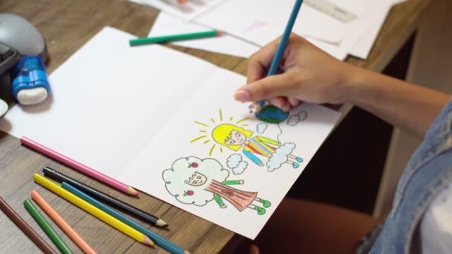 vídeos de stock, filmes e b-roll de vista superior do desenho das mãos - desenhar atividade