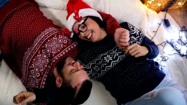 vídeos y material grabado en eventos de stock de vista superior de la feliz pareja tendido en el piso para la nochebuena - jersey top