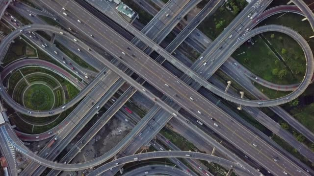 vídeos de stock e filmes b-roll de top view of highway road junctions. the intersecting freeway road overpass the eastern outer ring road of bangkok, thailand.video 4k - nó de junção de autoestrada