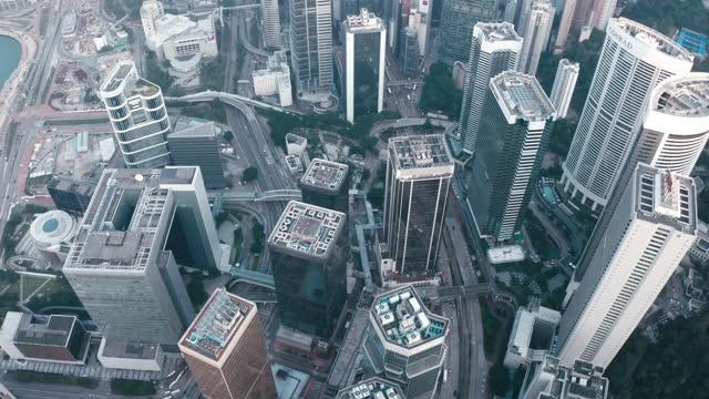 top-ansicht des stadtpanoramas von hongkong. drohnenaufnahmen mit wolkenkratzern - central bezirk hongkong stock-videos und b-roll-filmmaterial
