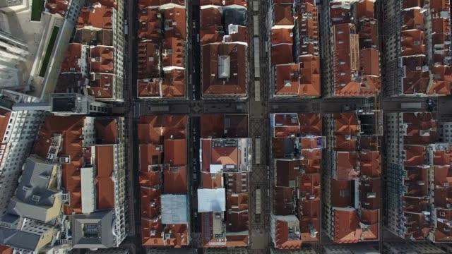 vídeos y material grabado en eventos de stock de vista superior de la ciudad baja en lisboa - plaza