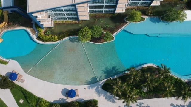 vídeos de stock, filmes e b-roll de top view de luxo piscina - lago infinito
