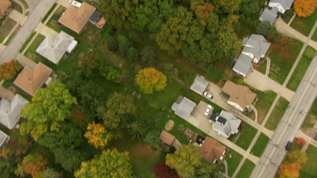 stockvideo's en b-roll-footage met ms aerial top view of neighborhood of houses / cleveland, ohio, united states - ohio