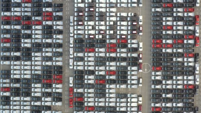stockvideo's en b-roll-footage met bovenaanzicht van nieuwe auto's buiten een auto assemblage fabriek voor import & export opgesteld. - parkeren