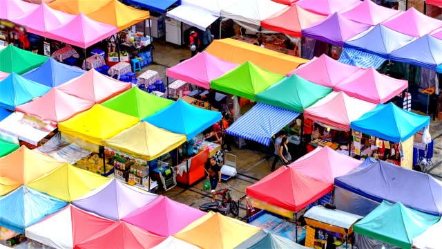 Bovenaanzicht van nachtmarkt met vele winkel voor service klant in Bangkok, Thailand.