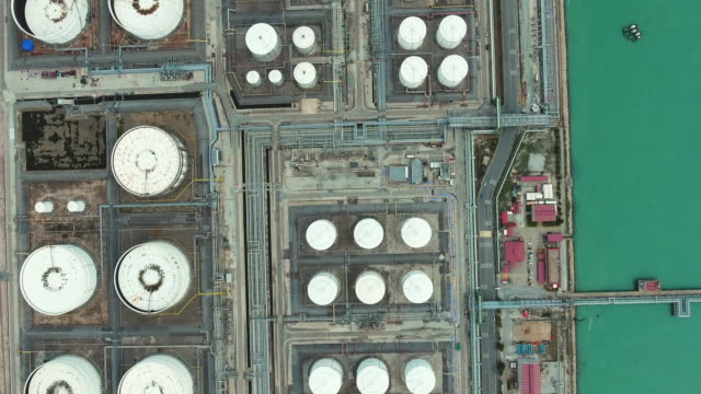 vídeos de stock e filmes b-roll de top view of oil refinery and chemical plant with complex pipe in aerial view - gerador