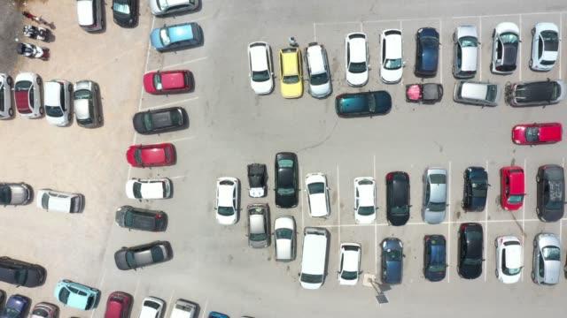 stockvideo's en b-roll-footage met bovenaanzicht van de parkeerplaats - parkeren
