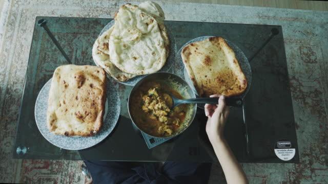 draufsicht des menschen und der vielfalt der indian food serviert auf einem esstisch - stock video - table top view stock-videos und b-roll-filmmaterial