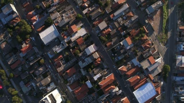 vídeos de stock, filmes e b-roll de vista superior do distrito residencial - paisagem urbana