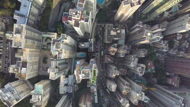 vidéos et rushes de vue supérieure des gratte-ciels dans une grande ville, vue aérienne vole par le vrombissement d'une ville de hong kong avec des immeubles - paysage urbain
