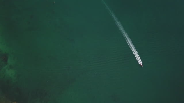 stockvideo's en b-roll-footage met bovenaanzicht van speedboot in de oceaan - kielwater