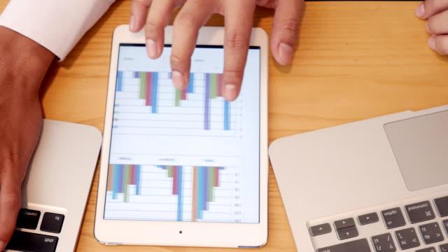 vídeos de stock e filmes b-roll de top view of statistical analysis work - representação gráfica