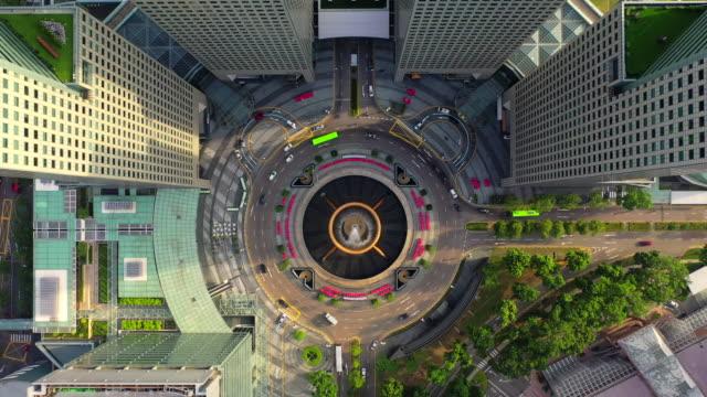 stockvideo's en b-roll-footage met hoogste mening van de fontein van rijkdom als grootste fontein in de wereld in singapore. het is gelegen in een van singapore grootste winkelcentra - singapore