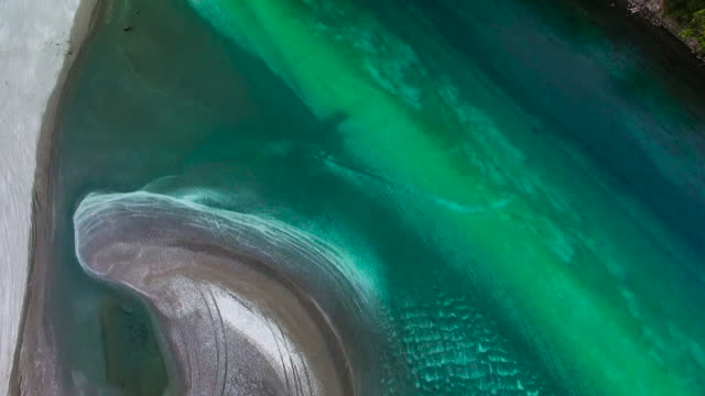 vídeos de stock e filmes b-roll de top view of waiwera with turquoise color texture. - banco de areia