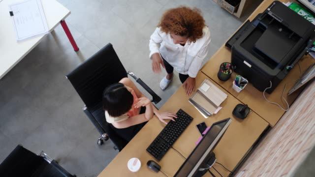 top view officiella arbetar skriva dator arbeta hårt - svarta tavlan bildbanksvideor och videomaterial från bakom kulisserna