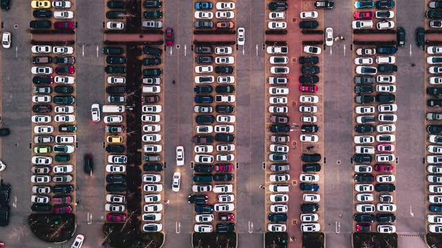 黃昏時分戶外停車場的 t/l pan 頂部視圖 - parking 個影片檔及 b 捲影像