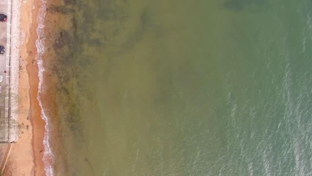 vidéos et rushes de top vue mer et plage aux eaux translucides et vague de la rupture, vidéo aérienne - pince à papier