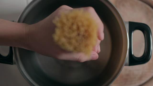 stockvideo's en b-roll-footage met hoogste mening spaghetti over de pot - italian culture