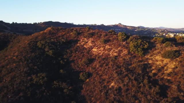 vídeos y material grabado en eventos de stock de topanga canyon woodland hills la aerial dry season - colina