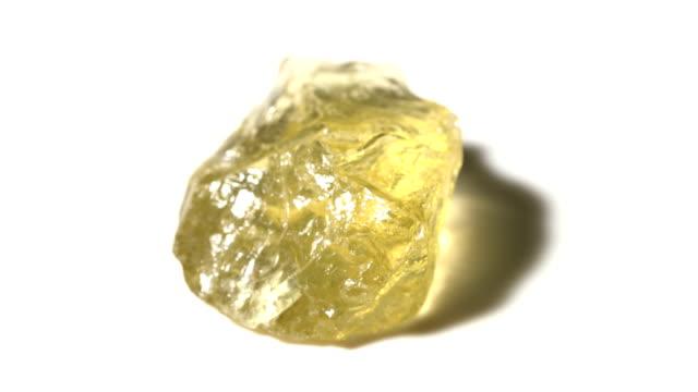 vídeos de stock e filmes b-roll de topaz, mineral stone sample in rotation with white background - jaspe mineral