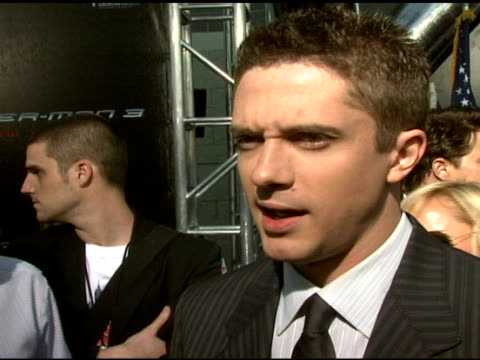 topher grace on his friendship with kirsten dunst and tobey maguire at the 'spiderman 3' premiere at 2007 tribeca film festival at the astoria... - topher grace stock videos & royalty-free footage