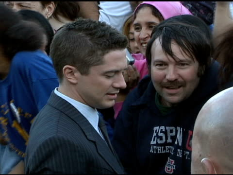 topher grace with fans at the 'spiderman 3' premiere at 2007 tribeca film festival at the astoria kaufman theater in new york, new york on april 30,... - topher grace stock videos & royalty-free footage
