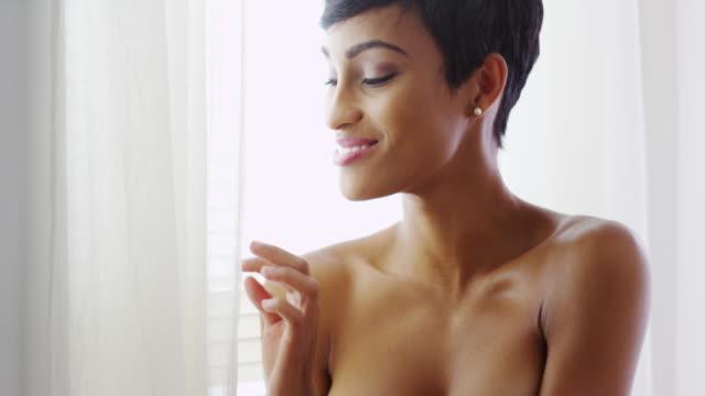 vídeos y material grabado en eventos de stock de topless black woman looking out window and smiling - articulación humana