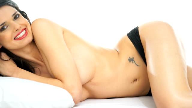 topless frau liegen im bett - damenunterwäsche stock-videos und b-roll-filmmaterial