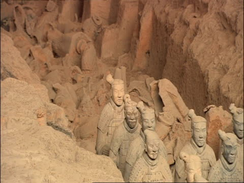 toppled and unexcavated terracotta warriors, museum of qin, xian, china - terrakotta armee stock-videos und b-roll-filmmaterial