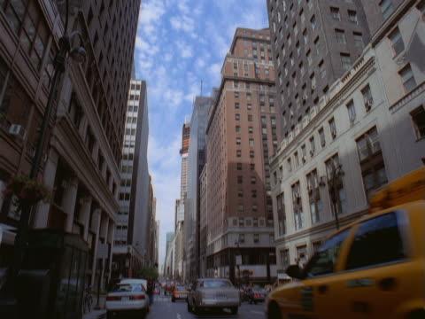 vídeos y material grabado en eventos de stock de tops of buildings and street scene. - artbeats
