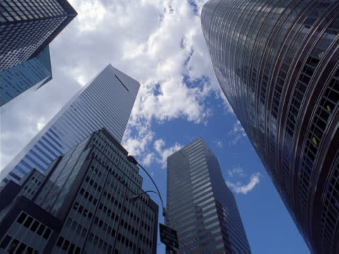 tops of tall buildings shown from street level. - artbeats 個影片檔及 b 捲影像